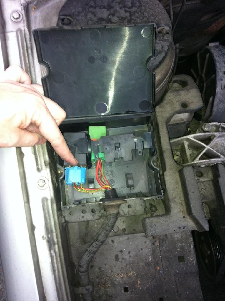 Quel est ce fusible/relais dans le boitier relais qui vide ma batterie? IMG_1464